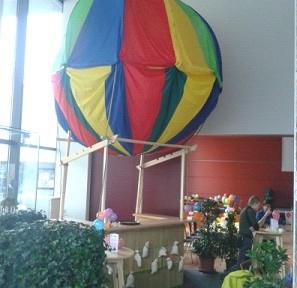 Die als Ballon dekorierte Weinbar